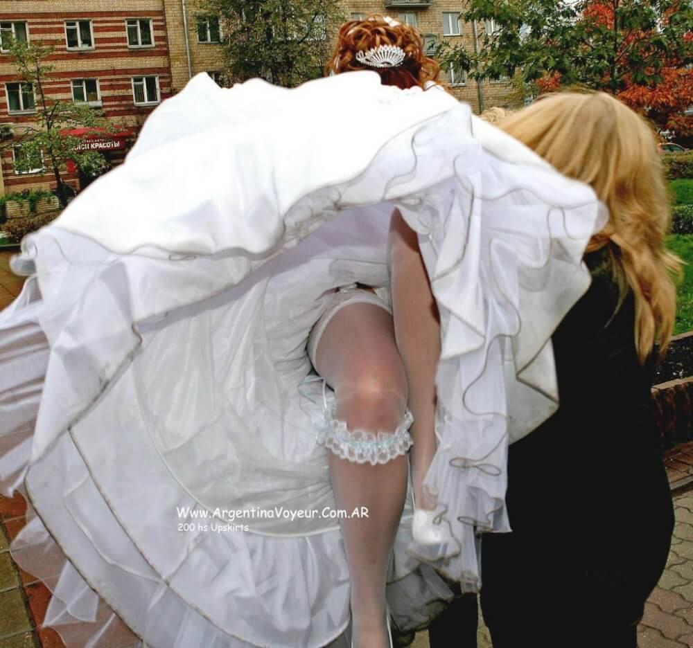 Смотреть фото у невест под юбками 19 фотография
